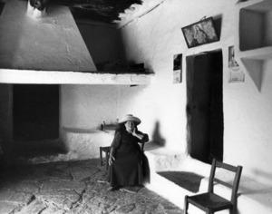 Porxo d´una casa pagesa amb un pedrís adossat a la paret. Foto: Helga Sittl.