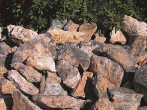 Un munt de pedres preparat per fer calç. Foto: Vicent Ferrer Mayans.