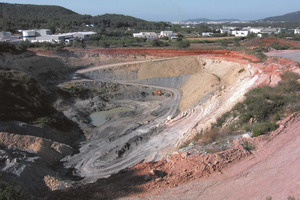 La pedrera d´argila de Can Planes, al municipi de Santa Eulària des Riu, és l´única activa d´aquest material a les Pitiüses el 2006. Foto: Xavier Guasch Ribas.