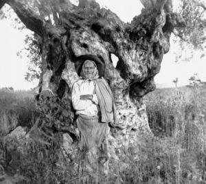 """Foto de Narcís Puget que portava el títol """"Pastor amb pellet"""". Arxiu d´imatge i so del Consell Insular d´Eivissa."""