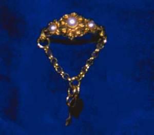 Anell d´or amb perles, concrecions nacrades que es formen a l´interior de la conquilla d´alguns mol·luscos, i cadeneta amb els típics penjarolls en forma de clau i cor. Foto: Maria Magdalena Mateu Prats.