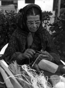 """Na Catalineta """"de ses espardenyes"""" muntant la capelleta d´una espardenya, feta de fil de pitra. Foto: arxiu Raymar."""