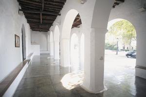 Porxo de missa de l´església de Sant Carles de Peralta. Es tracta de l´espai cobert que es troba adossat just davant de la porta principal de les esglésies. Foto: Vicent Marí.
