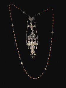 Rosari de coral i plata que mostra un santcrist d´or coronat. Col·lecció Josep Ribas Tur / Foto: Lena Mateu Prats.