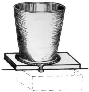 Dipòsit que s´omplia de cendre d´ametlle i aigua per obtenir lleixiu. Dibuix: Dionisio García Cueto.