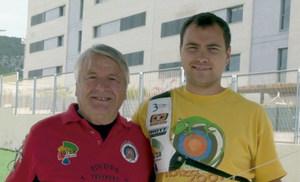 Tir amb arc: Víctor Juan (esquerra), introductor d´aquest esport a Eivissa, i Carles Morillo (dreta), que li donà un gran impuls. Foto: col·lecció Víctor Juan.