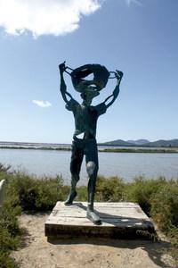 Traient. Estàtua de bronze, de Pere Hormigo, en homenatge a tots els saliners. Foto: Anna Colomar Marí.