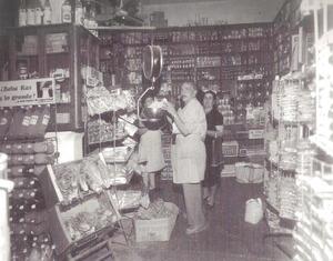 """Antiga botiga d´ultramarins de Can Fonoll, els anys setanta del s. XX, amb el propietari, Bartomeu Riera """"Fonoll"""" en primer terme. Foto: arxiu de la família """"Fonoll""""."""