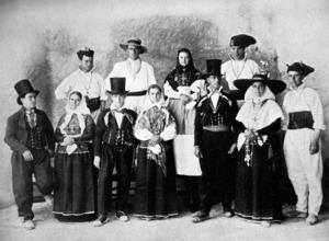 """Pagesos amb els vestit premiats per la Societat Arqueològica Ebusitana el 1906, fruit de la recopilació indumentària de Pere Marí """"Cala"""". Foto: C. Bertazioli."""
