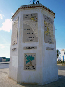 La torre dels vents del port de la Savina, amb la cara corresponent al vent de xaloc. Foto: EEiF.